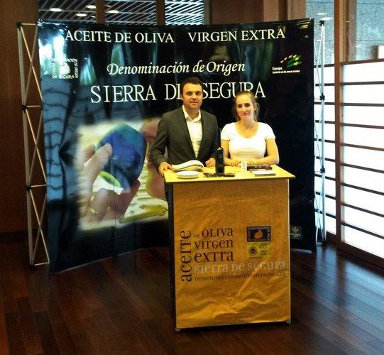 """La Denominación de Origen """"Sierra de Segura"""" promociona su aceite de oliva en la Ciudad Financiera del Banco Santander"""
