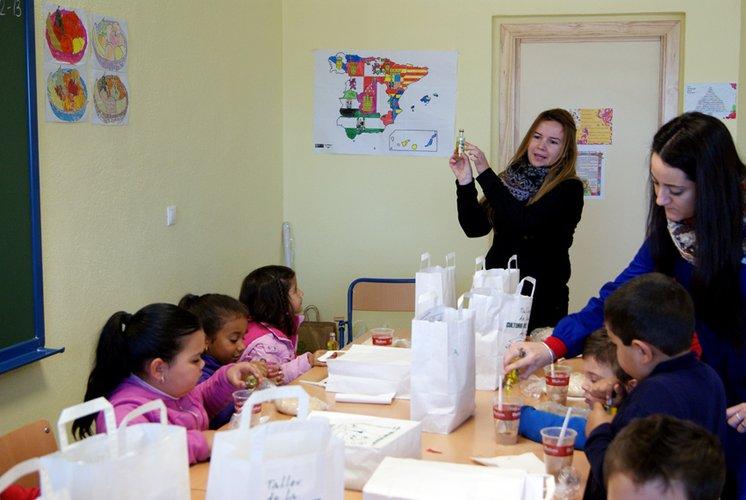 """La DO """"Sierra de Segura"""" ofrece un desayuno molinero a medio centenar de alumnos en el colegio de Hornos de Segura"""